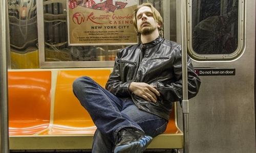 纽约地铁禁止睡觉